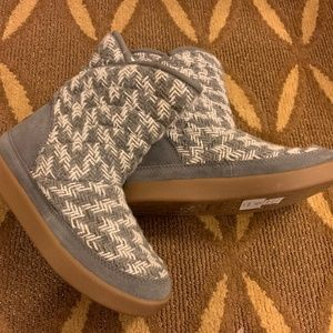 NWT GRAY/WHITE PATTERN BOOTS